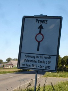 An diesem Schild fuhren die Preetzer Autofahrer über Monate vorbei (Bild: hfr).